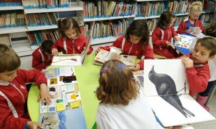 Els alumnes de P5 visiten la Biblioteca Pública